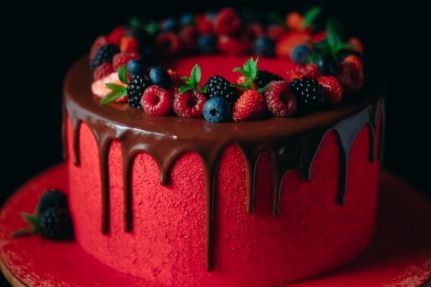 Pastel de frutas de verano de terciopelo rojo.
