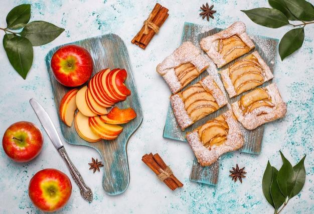 Pastel de hojaldre de manzana orgánico casero con manzanas listas para comer