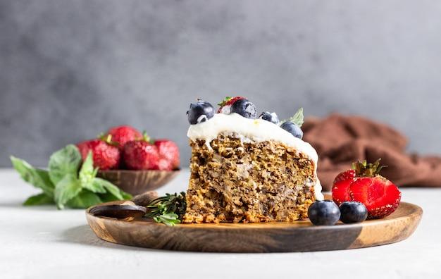 Pastel integral con calabacín, zanahoria y nueces decorado con crema batida, fresas, arándanos, menta y romero.