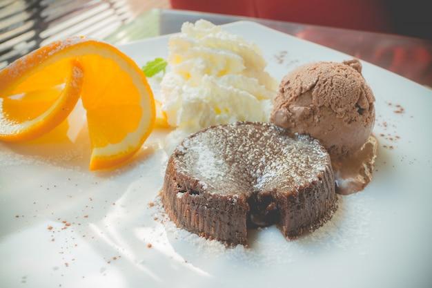 Pastel de lava de chocolate con helado.