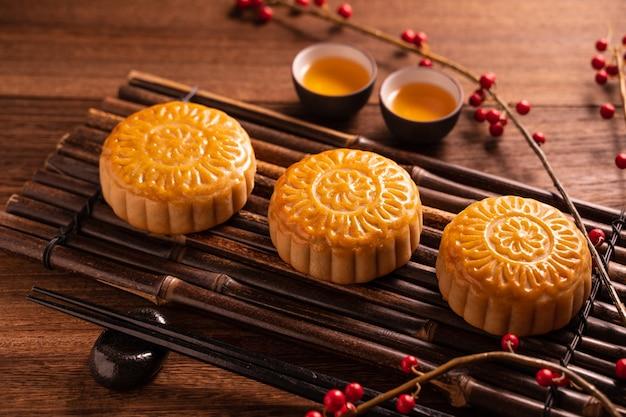 Pastel de luna ajuste de la mesa mooncake - pastel tradicional chino de forma redonda con tazas de té
