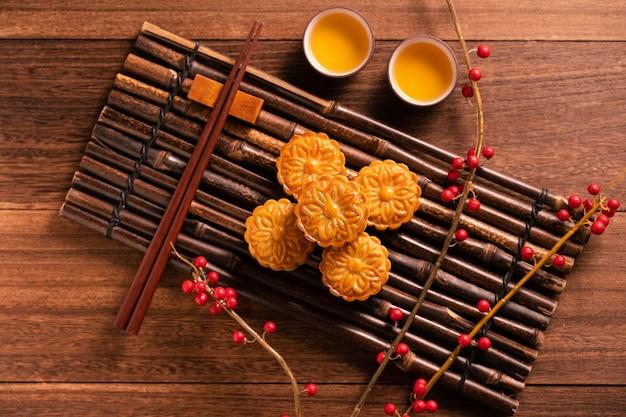 Pastel de luna ajuste de la mesa mooncake - pastelería tradicional china con tazas de té, festival del medio otoño