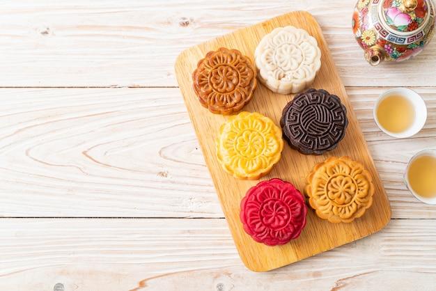 Pastel de luna chino colorido con sabor mixto en placa de madera