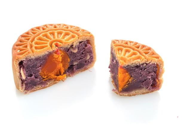 Pastel de luna chino púrpura boniato y sabor a yema de huevo aislado sobre fondo blanco.