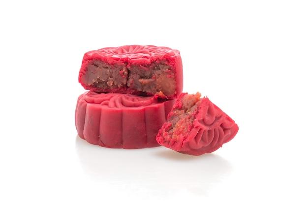 Pastel de luna chino sabor frijol rojo fresa aislado sobre fondo blanco.