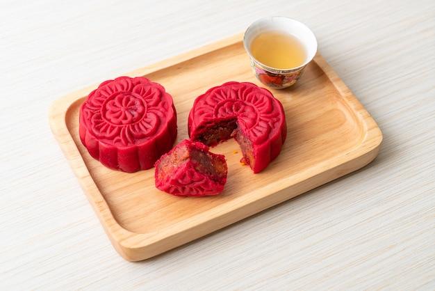 Pastel de luna chino sabor frijol rojo fresa en placa de madera