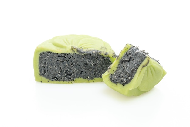 Pastel de luna chino sabor a té verde con sésamo negro aislado
