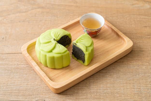 Pastel de luna chino sabor a té verde con té en placa de madera