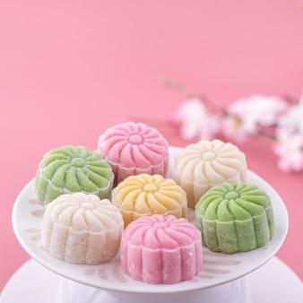 Pastel de luna colorido para el festival del medio otoño sobre fondo rosa