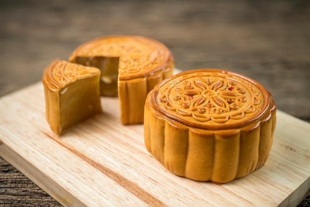 Pastel de luna para el festival chino del medio otoño en mesa de madera y mesa de madera.
