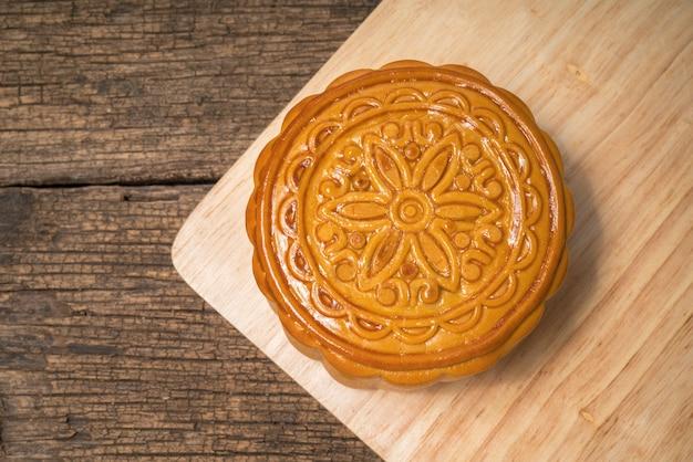 Pastel de luna para el festival chino del medio otoño en mesa de madera