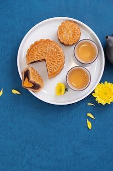 Pastel de luna para el festival del medio otoño en un plato con té