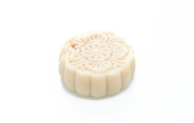 Pastel de luna de macadamia y sabor a chocolate blanco aislado en blanco