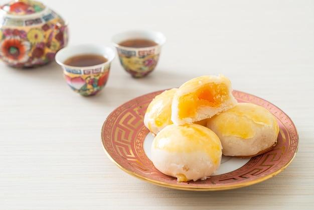 Pastel de luna de pastelería china con maní con huevo salado o hojaldre spring roll con nueces y huevos salados - estilo de comida asiática