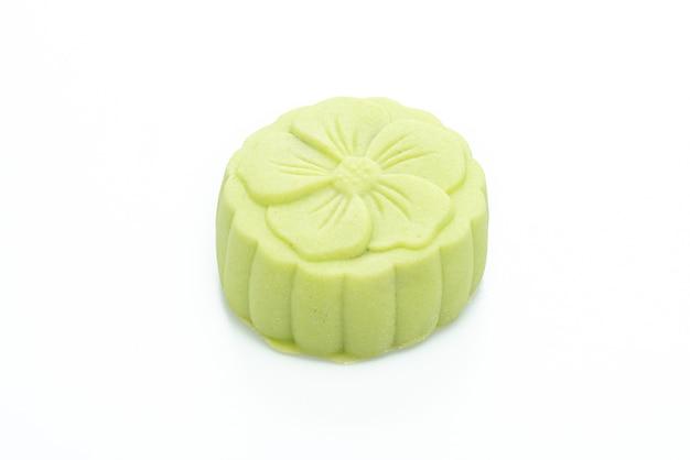Pastel de luna, té verde y sabor a frijol rojo aislado en blanco