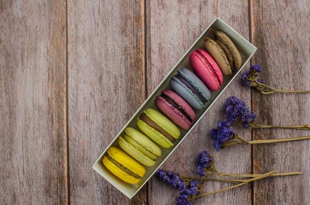 Pastel de macarrón francés. macarrones en caja con flores secas.