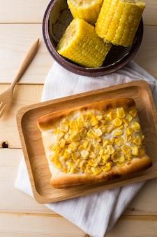 Pastel de maíz en la mesa de madera