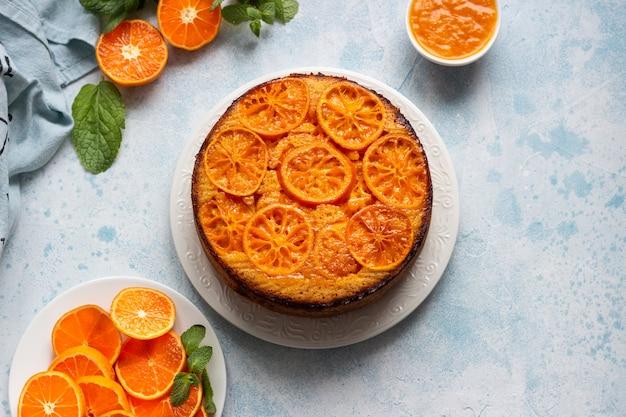 Pastel de mandarina al revés sobre una piedra u hormigón azul celeste