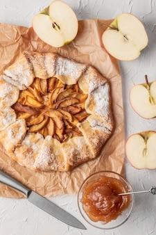 Pastel de manzana delicioso endecha plana con mermelada