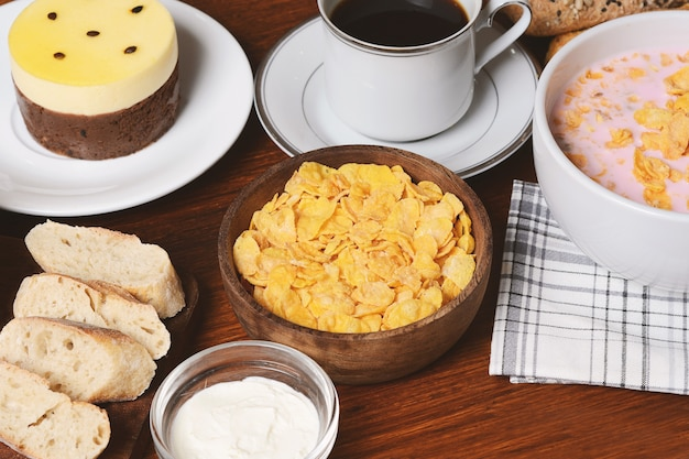 Pastel de maracuyá, tostadas, café, yogurt, cereales.