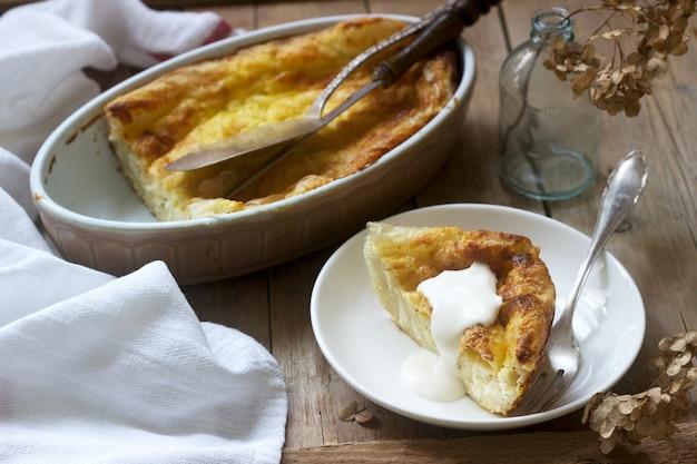 Pastel de masa filo balcánica relleno de queso feta, leche agria y huevos. estilo rústico