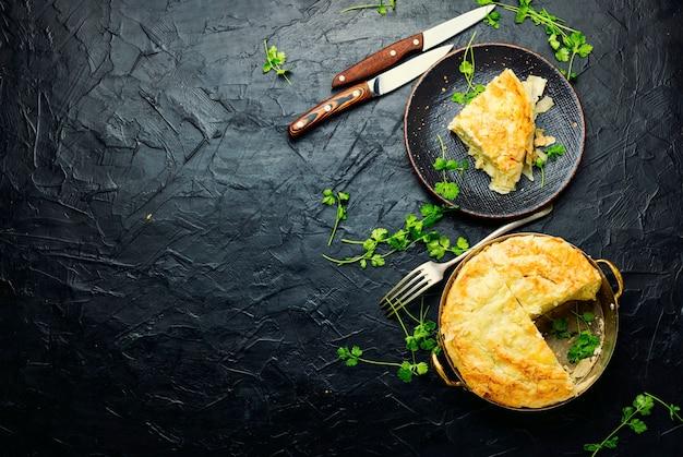 Pastel de masa filo con queso y requesón. copiar el espacio