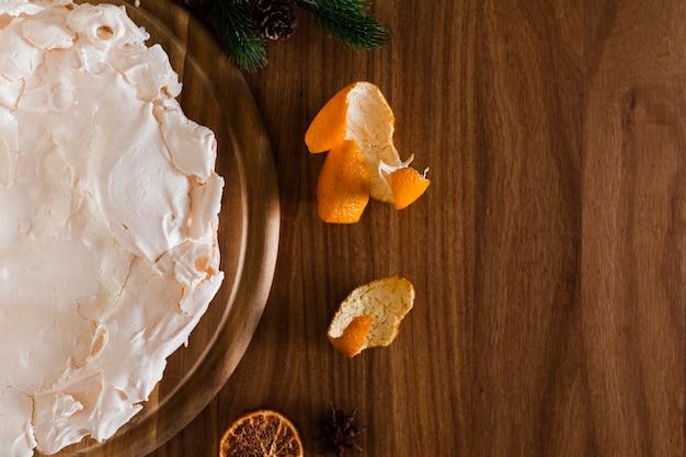 Pastel de merengue con cáscara de naranja y espacio de copia