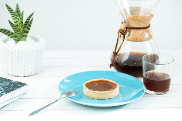 El pastel en la mesa de madera