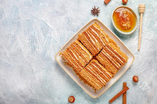 Pastel de miel en capas dulce casero con especias y nueces.