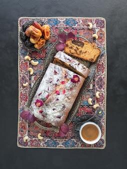 Pastel de miel y dátiles sobre una mesa negra