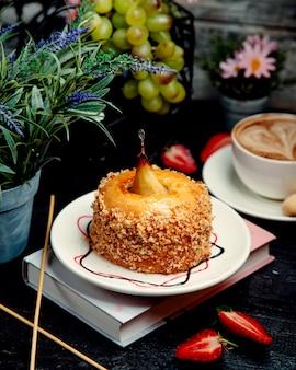 Pastel de miel con pera sobre la mesa