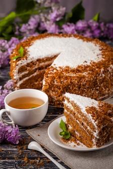 Pastel de miel con una taza de té.