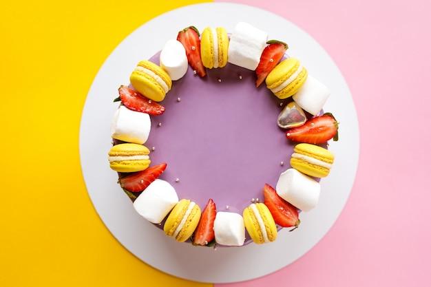 Pastel morado brillante para las vacaciones. pasteles dulces para niñas.