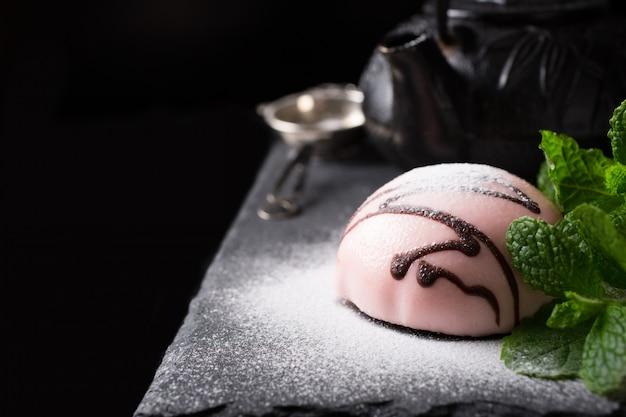 Pastel de mousse cubierto con esmalte rosa