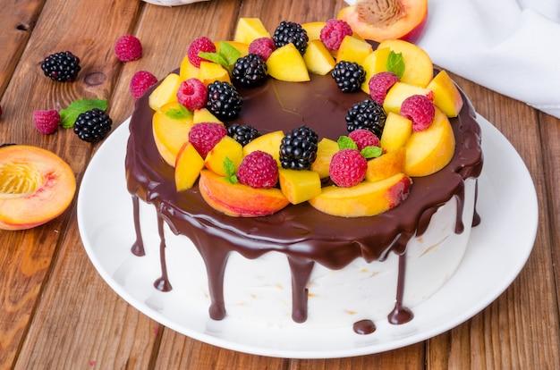 Pastel de mousse de vainilla con duraznos y glaseado de chocolate