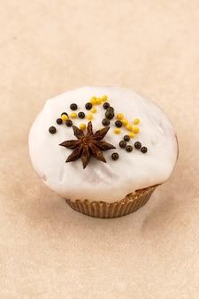 Pastel de muffin de chocolate con un ligero glaseado. cerrar sobre fondo claro, marco vertical