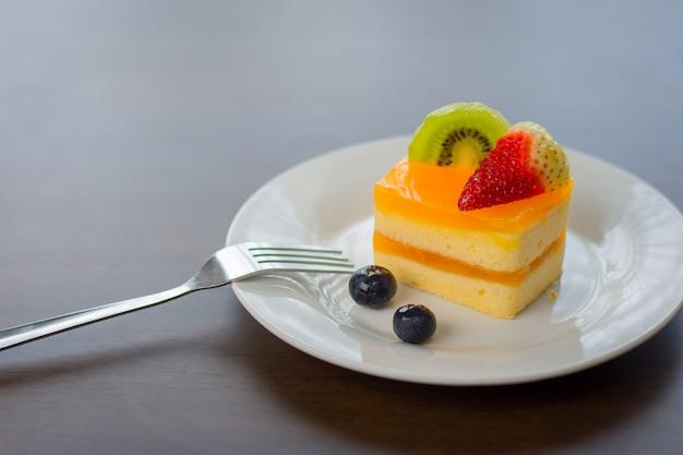 Pastel de naranja se coloca en un delicioso plato blanco.