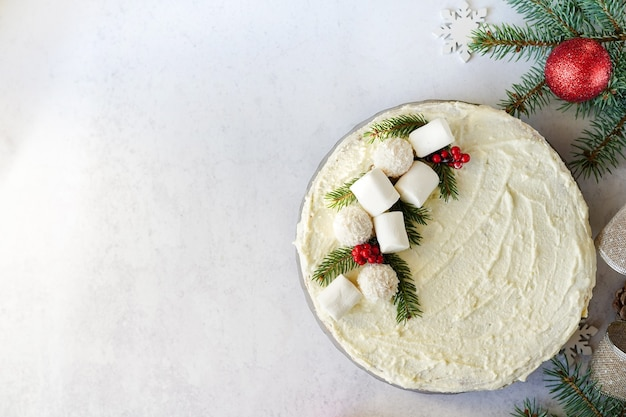 Pastel de navidad casero, postre navideño con adornos de año nuevo sobre fondo blanco con espacio de copia