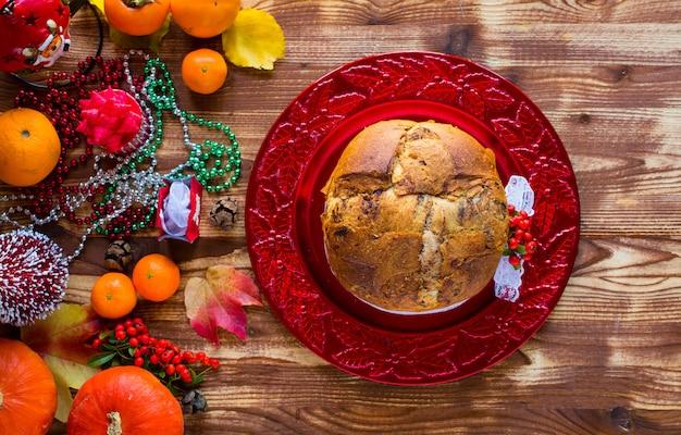 Pastel de navidad italiano tradicional con chocolate y varias decoraciones de navidad,