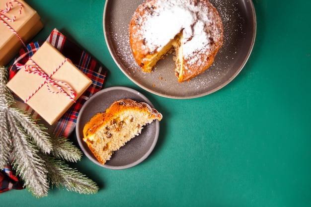 Pastel de navidad tradicional panettone con frutas y nueces con decoración navideña. vista superior. copia espacio