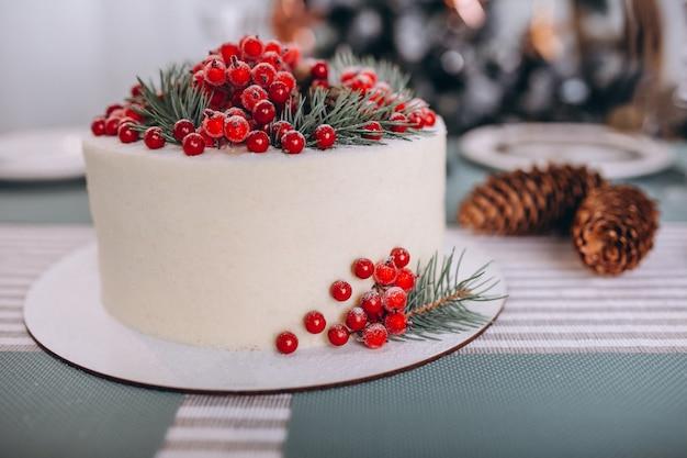Pastel navideño decorado con frutos rojos.