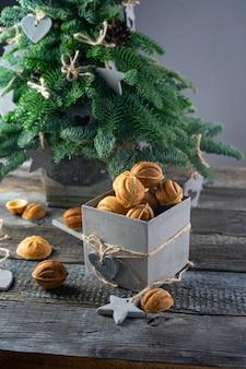 Pastel de nueces con caramelo salado para año nuevo presente en caja de concreto