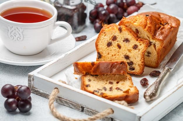 Pastel de pan casero recién horneado con pasas