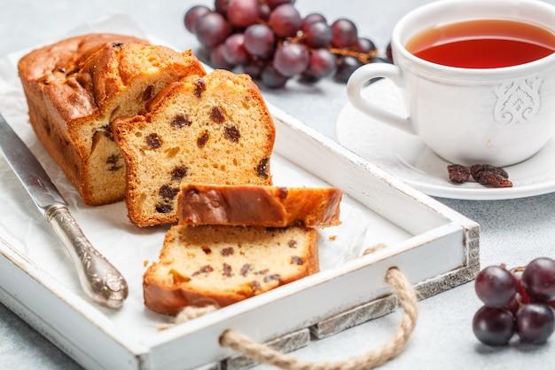Pastel de pan con pasas