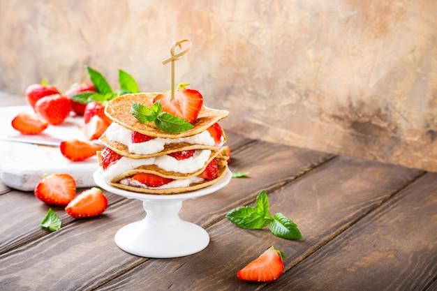Pastel de panqueques con yogurt y fresas.