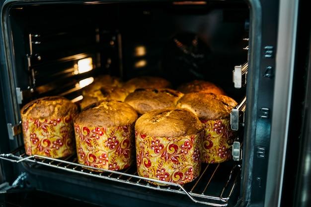 Pastel de pascua cocinando en horno