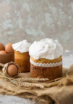 Pastel de pascua con huevos de color de cerca, vacaciones de pascua