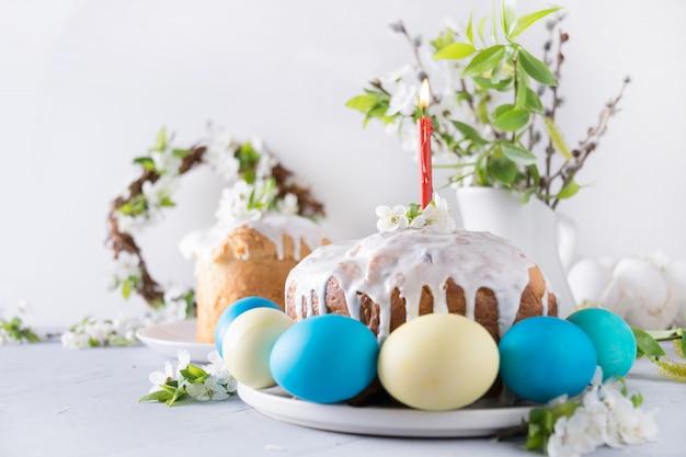 Pastel de pascua y huevos coloridos. vacaciones desayuno tradicional.
