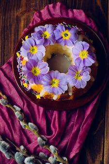 Pastel de pascua tradicional decorado con flores de primavera.