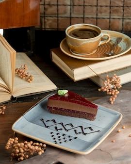 Pastel pastel de chocolate con mermelada de frambuesa